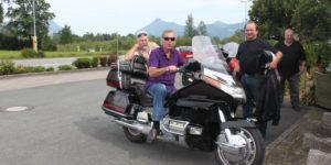 Fred + Spitz auf Motorrad