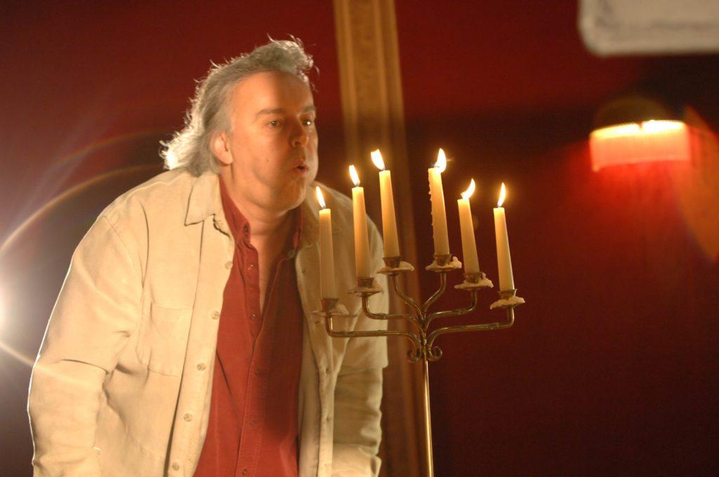 Szenefoto Flügel Fred b. Kerzen ausbl.